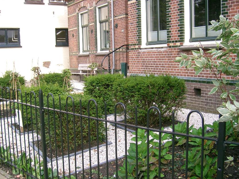 Voortuin in assendelft mdj tuinen for Grensafscheiding tuin